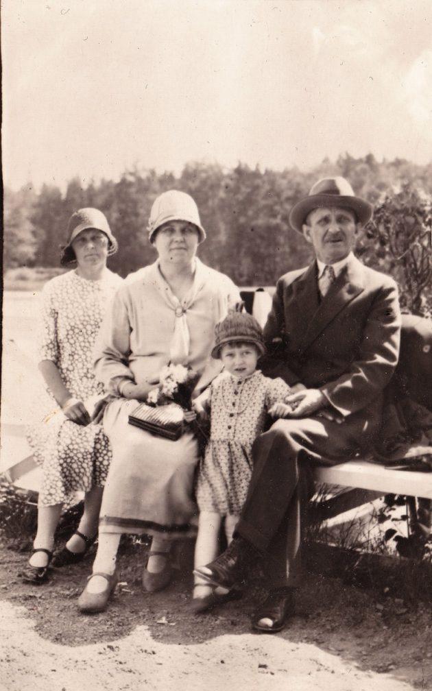 Viipurilaiset kävivät 1920-30 –luvulla Monrepossa kuten pariisilaiset Pariisin puistoissa, sinne mentiin kuin juhlaan konsanaan. Kuvassa vaatturimestari Vihtori Eloranta, vaimonsa Amanda ja tyttärensä Eila myöhemmin Kantee. Vasemmanpuoleisin henkilö henkilö on tuntemattomaksi jäänyt sukulainen.