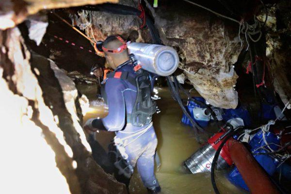 Pelastajat työskentelivät ahtaissa luolissa Pohjois-Thaimaassa 7. heinäkuuta.