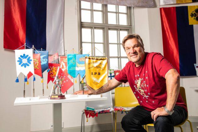 """Kimmo Kiljusen mielestä standaari on luonteva lahja. """"Se on symboliarvoltaan suuri mutta simppeli."""""""