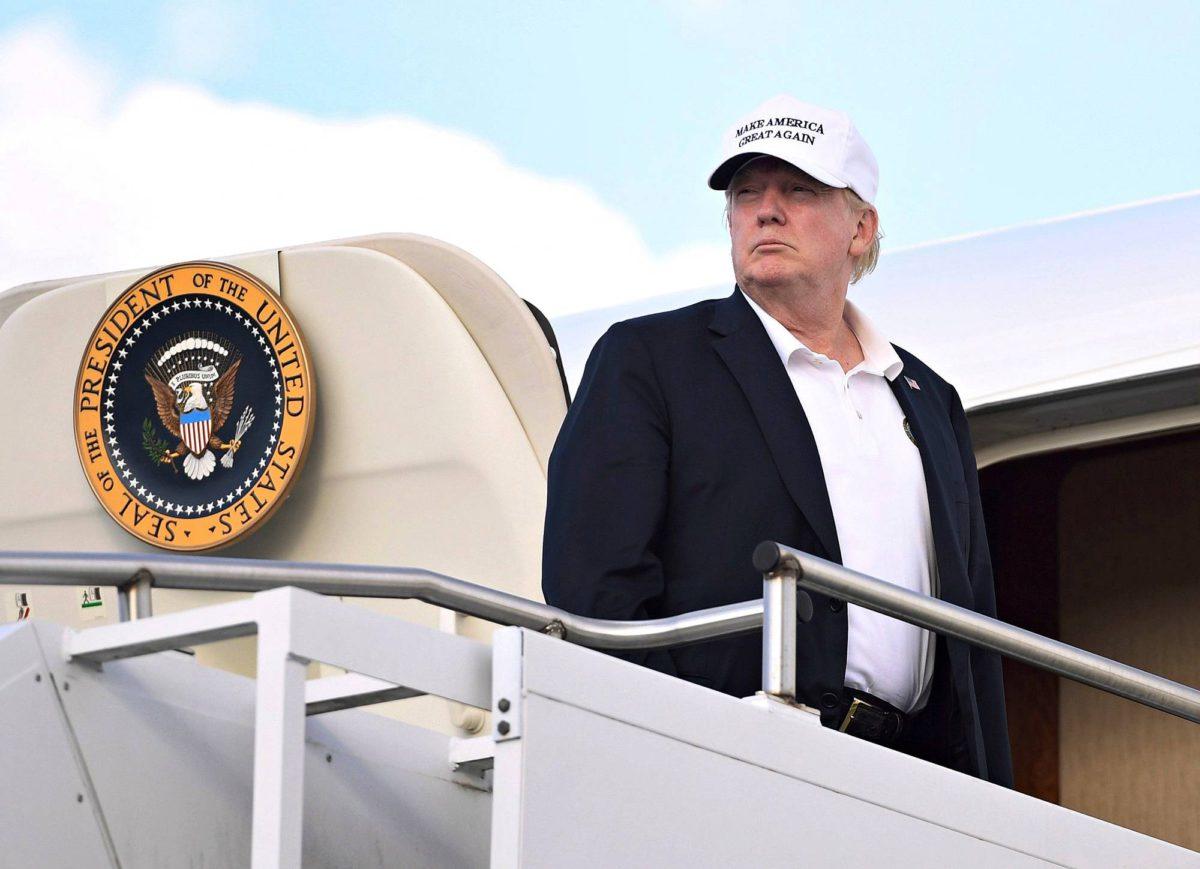Presidentti Trump nousemassa lentokoneeseen 29. heinäkuuta.