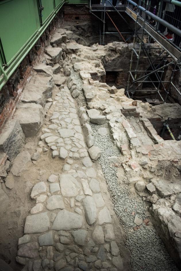 Vasemmalla Luostarin jokikadun kiveystä 1700-luvulta. Kuvan alareunassa tonttien rajalla kiveys muuttuu eri näköiseksi.