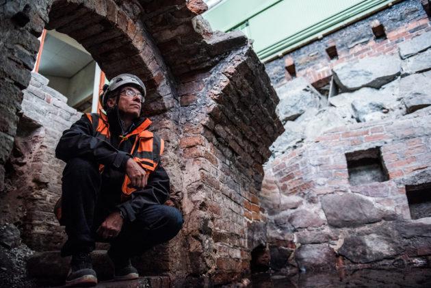 Arkeologi Kari Uotila ja Måånsin talon tynnyriholvauksia.Seinien syvennykset ovat ehkä olleet alunperin säilytystiloja.