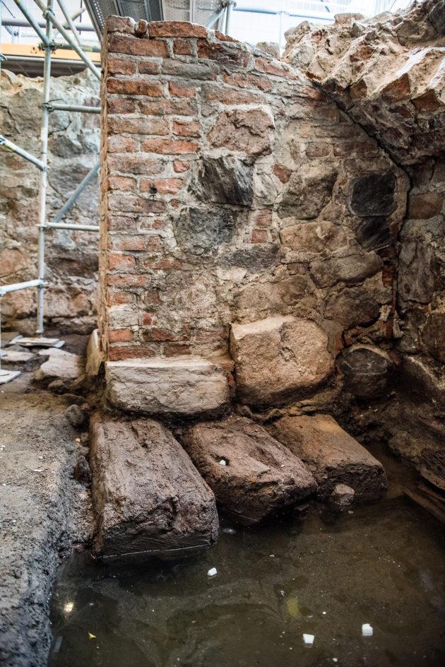Aurajokivarren keskiaikaiset talot rakennettiin hirsisen alustan päälle, jotta ne eivät vajoaisi savimaahan. Hirret ovat yhä kovaa puuta.