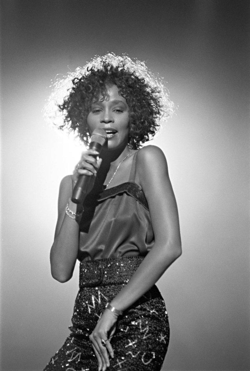 """""""Whitney Houston tunsi olonsa luontevaksi vain laulaessaan"""", arvioi ohjaaja Kevin Macdonald."""