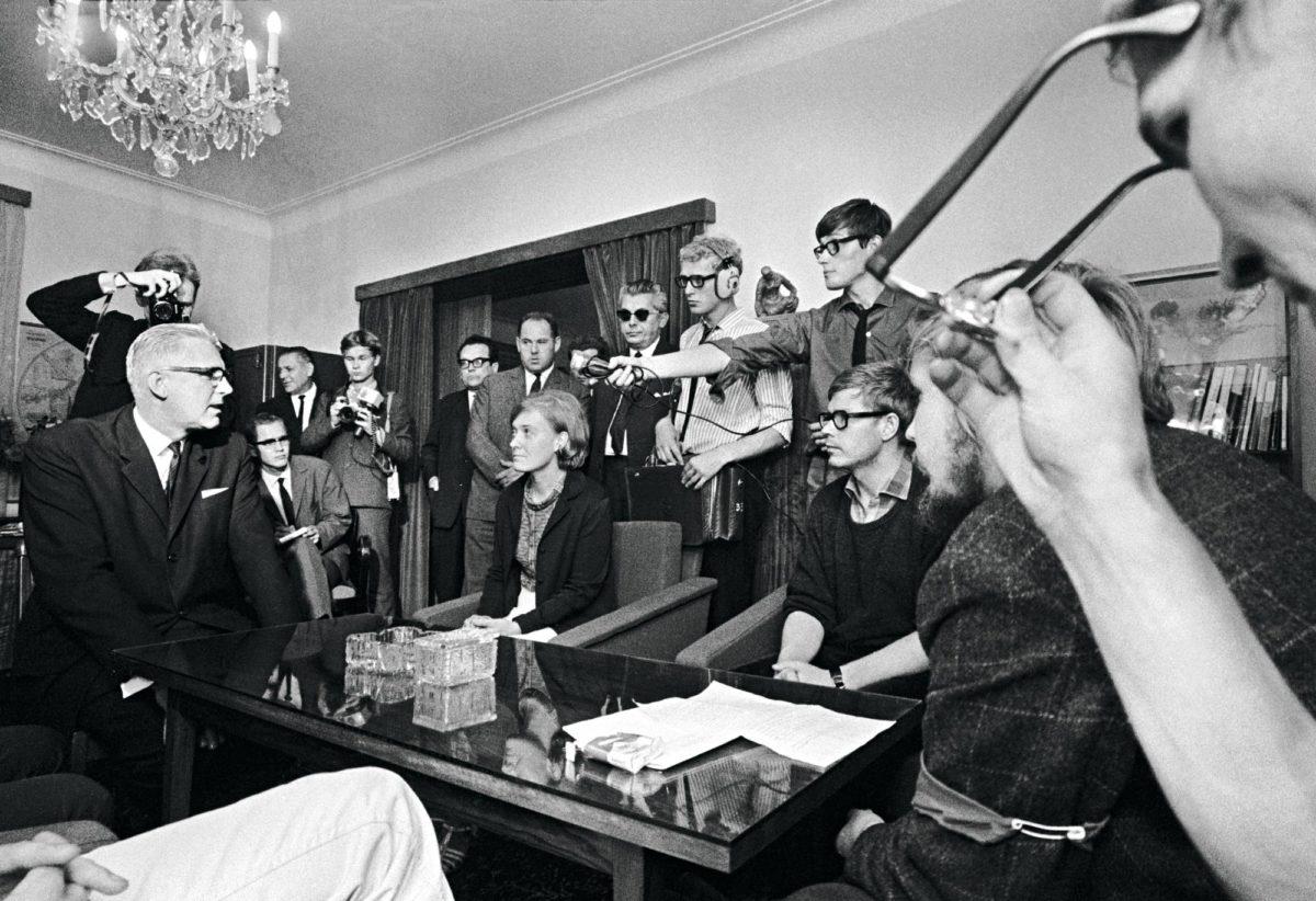 Suomalaiset mielenosoittajat tapasivat suurlähettiläs Zdeněk Urbanin (vas.) Tšekkoslovakian lähetystössä 22. elokuuta. Juuri ennen tapaamista mielenosoittajat olivat marssineet Neuvostoliiton lähetystön ohi. Tsekkoslovakia 1968. Prahan miehitys.