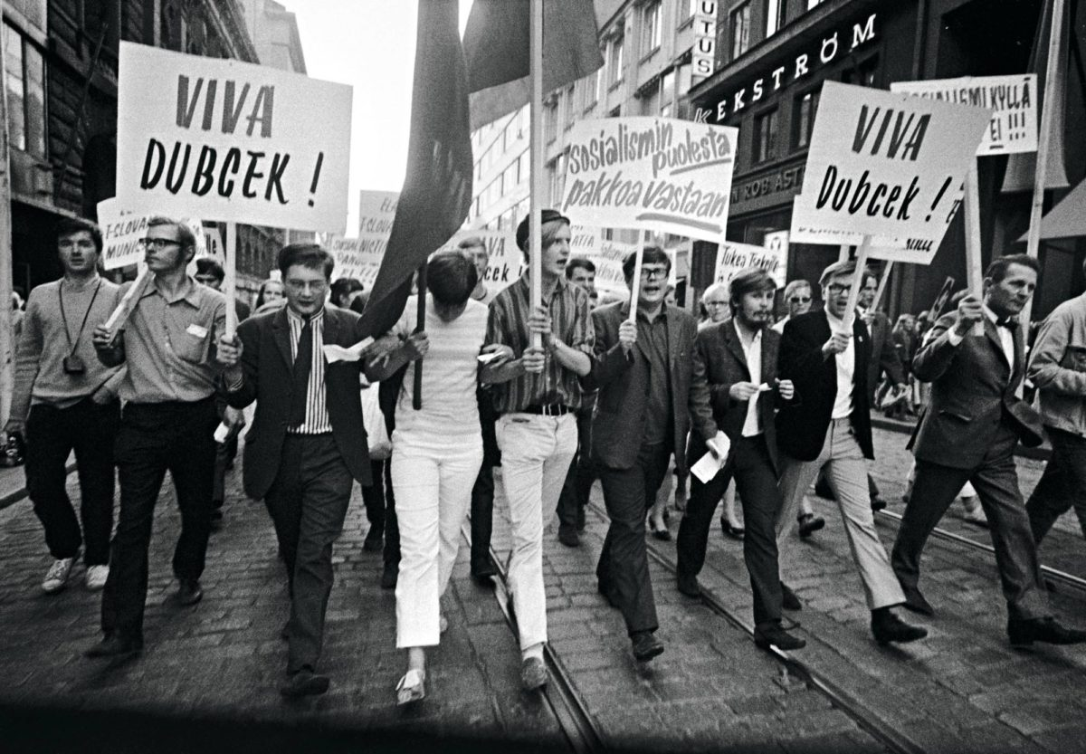 Miehityksen vastainen mielenosoitus Helsingissä 22. elokuuta 1968. Etualalla lippuja kantavat Liisa Liimatainen ja Erkki Tuomioja. Tsekkoslovakia 1968. Prahan miehitys.