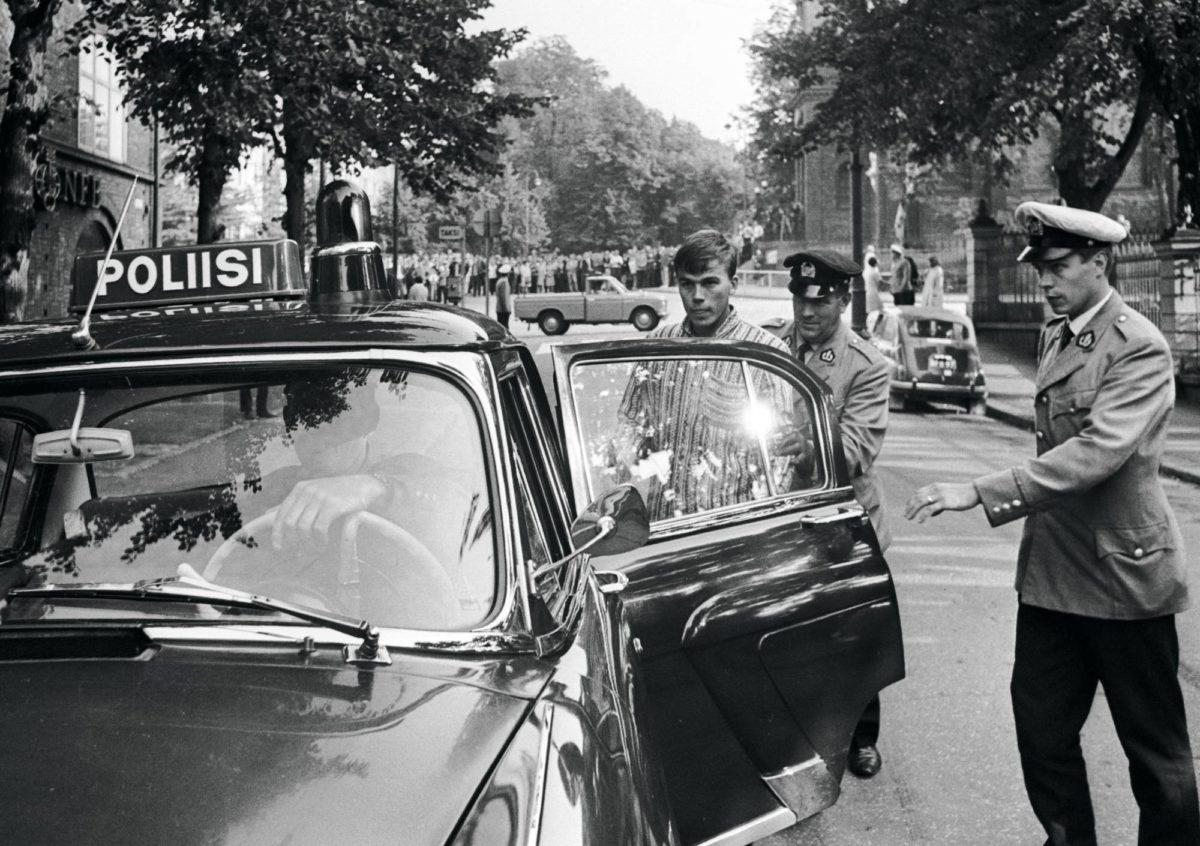 Mielenosoittajia kerääntyi Tehtaankadulle Neuvostoliiton suurlähetystön edustalle. Nuorta miestä saatettiin poliisiautoon. Tsekkoslovakia 1968. Prahan miehitys.