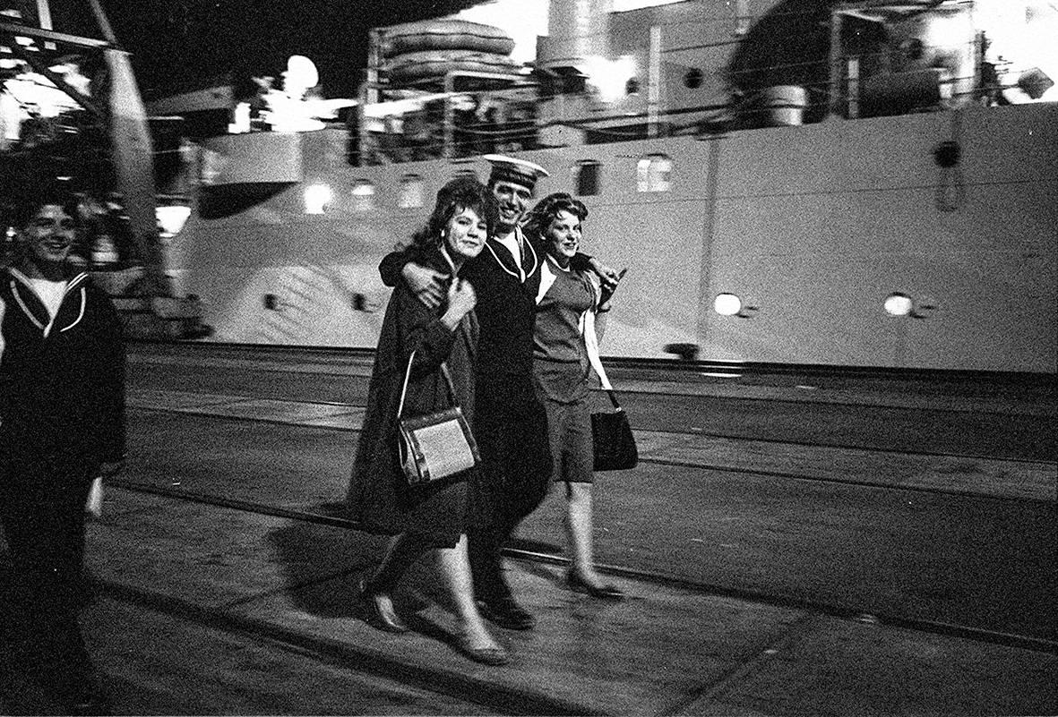 Kalle Kultala: Laivastovierailulla olevat amerikkalaissotilaat hakevat maista tanssiseuraa. Kuva on otettu Helsingissä joskus 1960-luvulla.