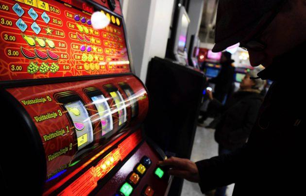 Kaupoissa peliautomaatteja pelaavat joutuvat tunnistautumaan 2021.