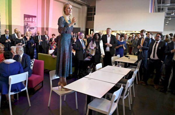 Aura Salla valittiin kokoomuksen puoluevaltuuston puheenjohtajaksi kesäkuussa Turussa.