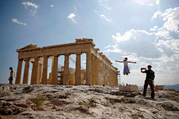 Matkailijat ottivat kuvia Parthenonin temppelillä Ateenassa 20. heinäkuuta.