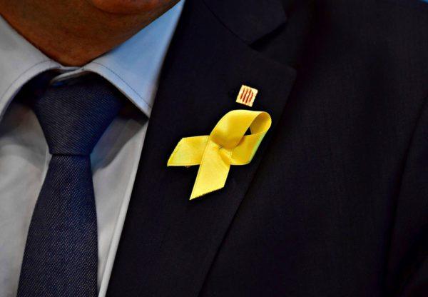 Keltaisilla nauhoilla osoitetaan tukea vangituille katalonialaispoliitikoille.
