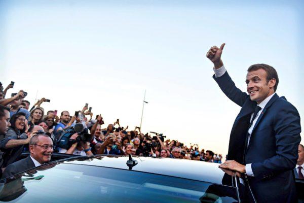 Presidentti Emmanuel Marcon näyttää peukkua ranskalaisille turisteille Euroopan meriturvallisuusvirastossa pidetyn kokouksen jälkeen Lissabonissa 27. heinäkuuta 2018.