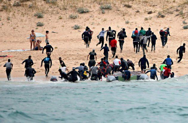 Marokosta Gibraltarin kautta tulleet siirtolaiset nousevat maihin Espanjan Tarifassa heinäkuussa 2018.