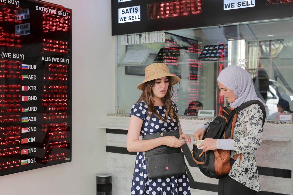 Naiset vaihtoivat valuuttaa Istanbulissa 10. elokuuta.