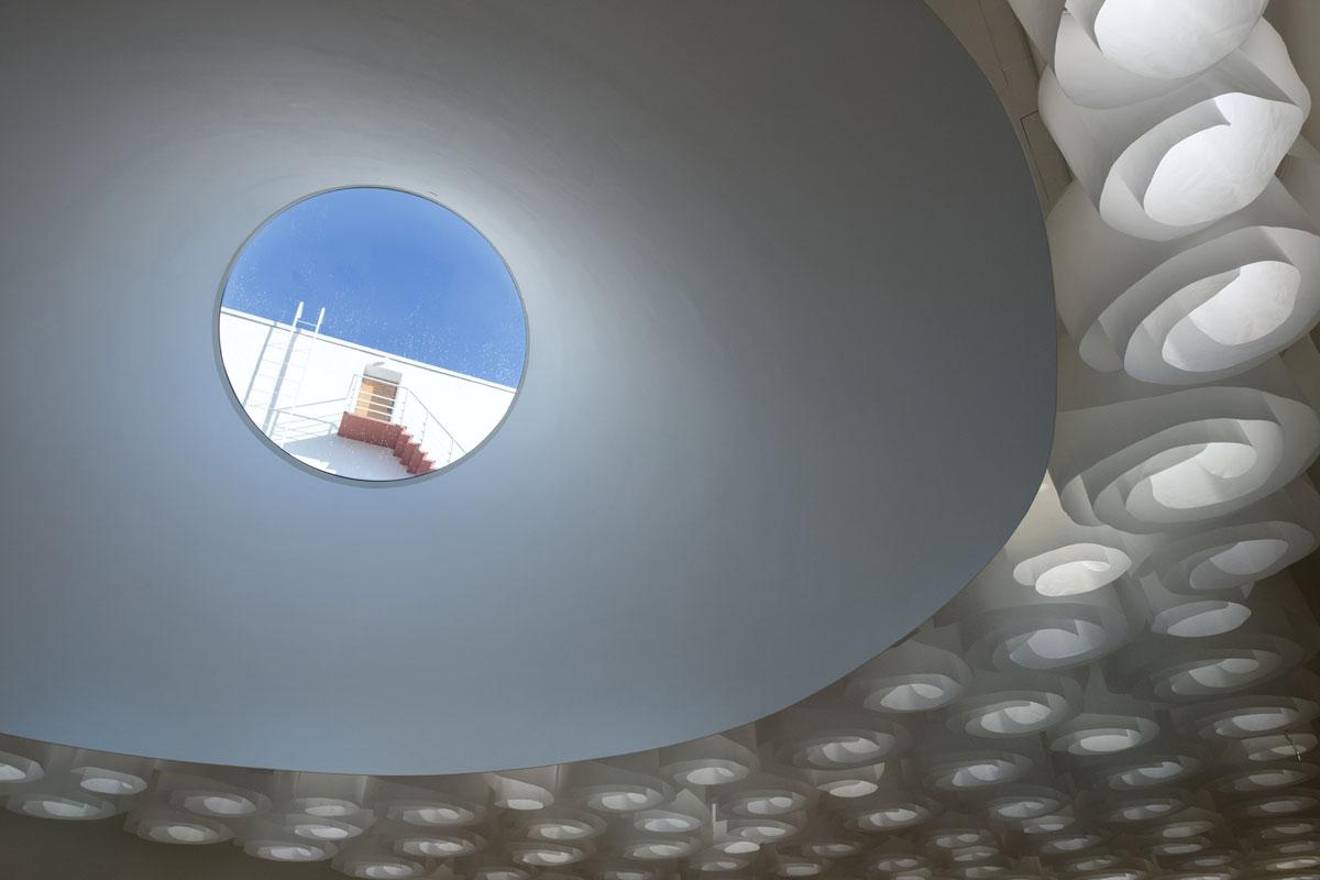 Museon arkkitehtuurissa näkyy modernismin henki. Pyöreiden kattoikkunoiden kautta kävijät saavat kontaktin ulkomaailmaan. Pääaulan kattoikkunasta näkyvät Bio Rexin elokuvateatterin koneenkäyttäjän portaat. Pyöreät muodot toistuvat museossa myös kalusteissa, alakatoissa, valaisimissa ja lattialaatoissa.