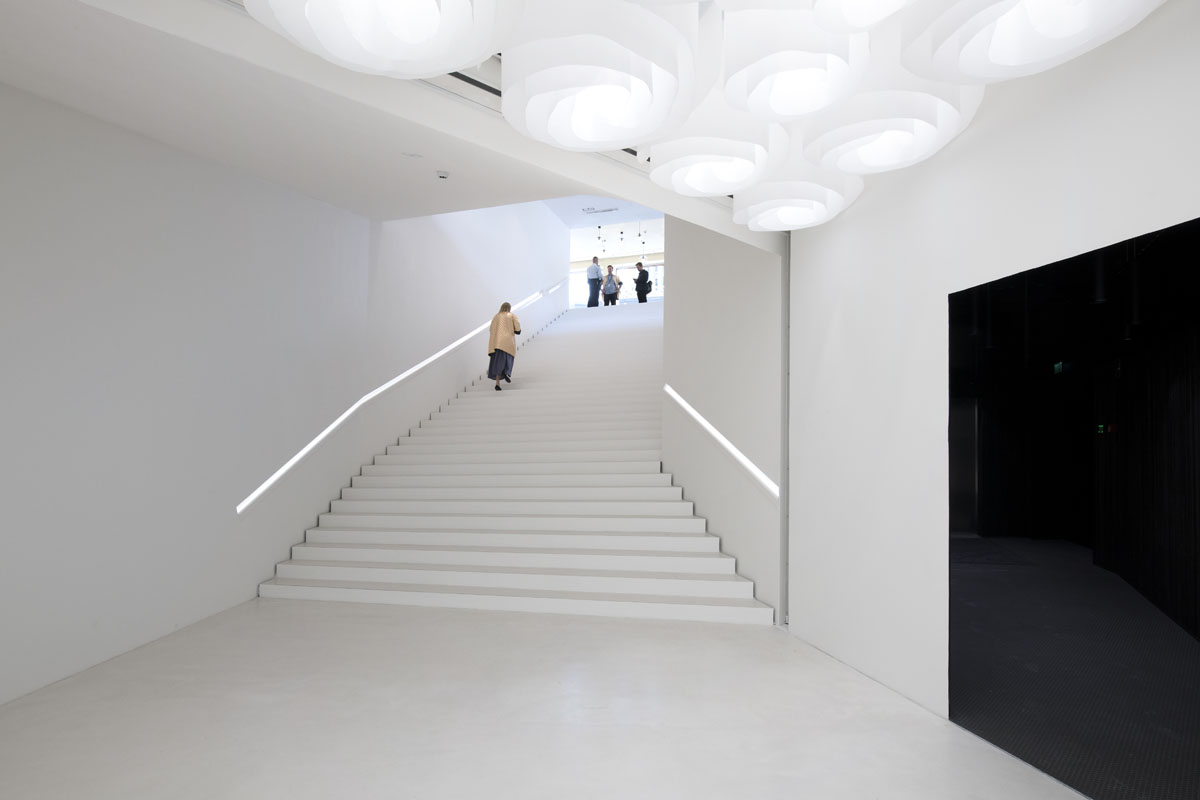 Amos Rexin tiloissa näkyy moderni estetiikka. Portaat vievät pääaulasta takaisin Mannerheimintien puolelle ja vasemmalle Bio Rexin elokuvateatteriin, joka on osa museokonseptia.
