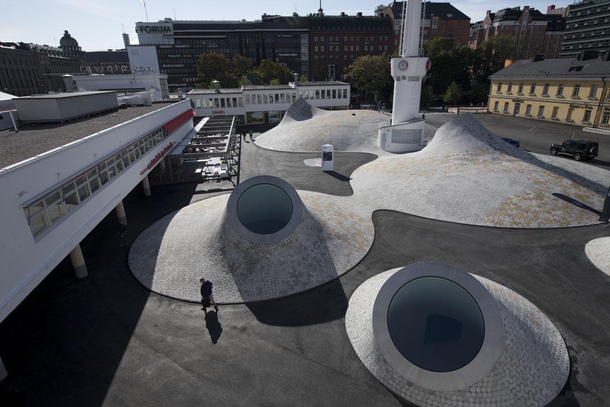 Lasipalatsin aukiolle levittäytyvät kupolit tuovat paikalle uuden identiteetin. Kuva on otettu koneenkäyttäjän portailta.