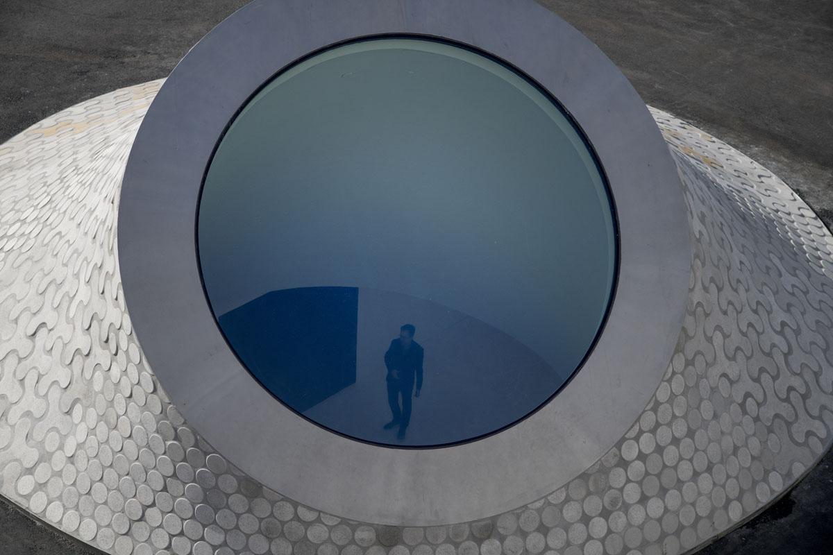 Yksi suunnittelutyön lähtökohta oli luoda vuoropuhelua maanalaisen musoen ja kaupunkitilan välillä. Ikkunoiden kautta saa kontaktin puolin tai toisin. Museon aulatilassa pääarkkitehti Asmo Jaaksi.