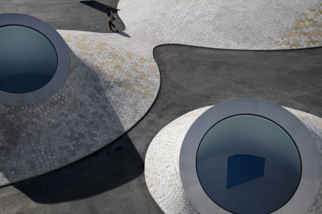"""Lasipalatsin aukiolla olevat kummut ovat Amos Rex -taidemuseon kupoleita. Pääarkkitehti Asmo Jaaksi kutsuu niitä """"lempeiksi monstereiksi""""."""