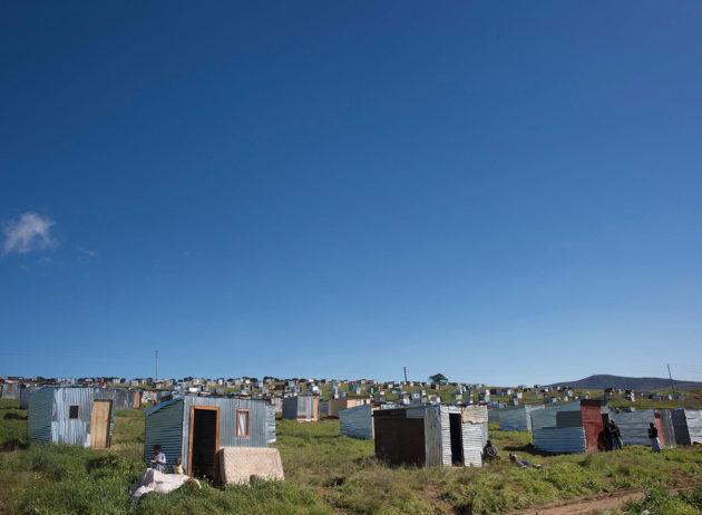 Hökkelikylä viinitilan mailla Stellenboschissa Etelä-Afrikassa elokuussa 2018. Maan tulo- ja varallisuuserot ovat edelleen jyrkimpiä maailmassa.