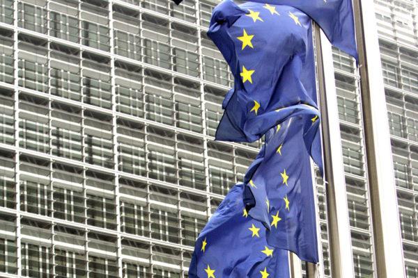 EU:n lippuja unionin päämajan edustalla Brysselissä.