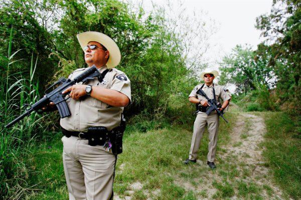Apulaisšeriffit partioivat Rio Grandessa Meksikon rajalla.