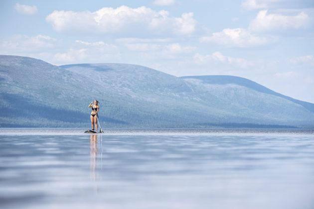 Sup-lautailija helteisellä Pallasjärvellä Kittilän ja Muonion rajalla keskiviikkona 18. heinäkuuta 2018.