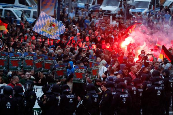 Mielenosoittajia Chemnitzissä 27. elokuuta 2018.