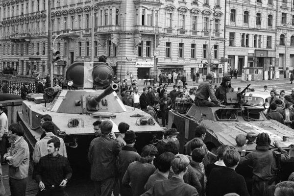 Neuvostotankkeja Prahassa 21. elokuuta 1968.