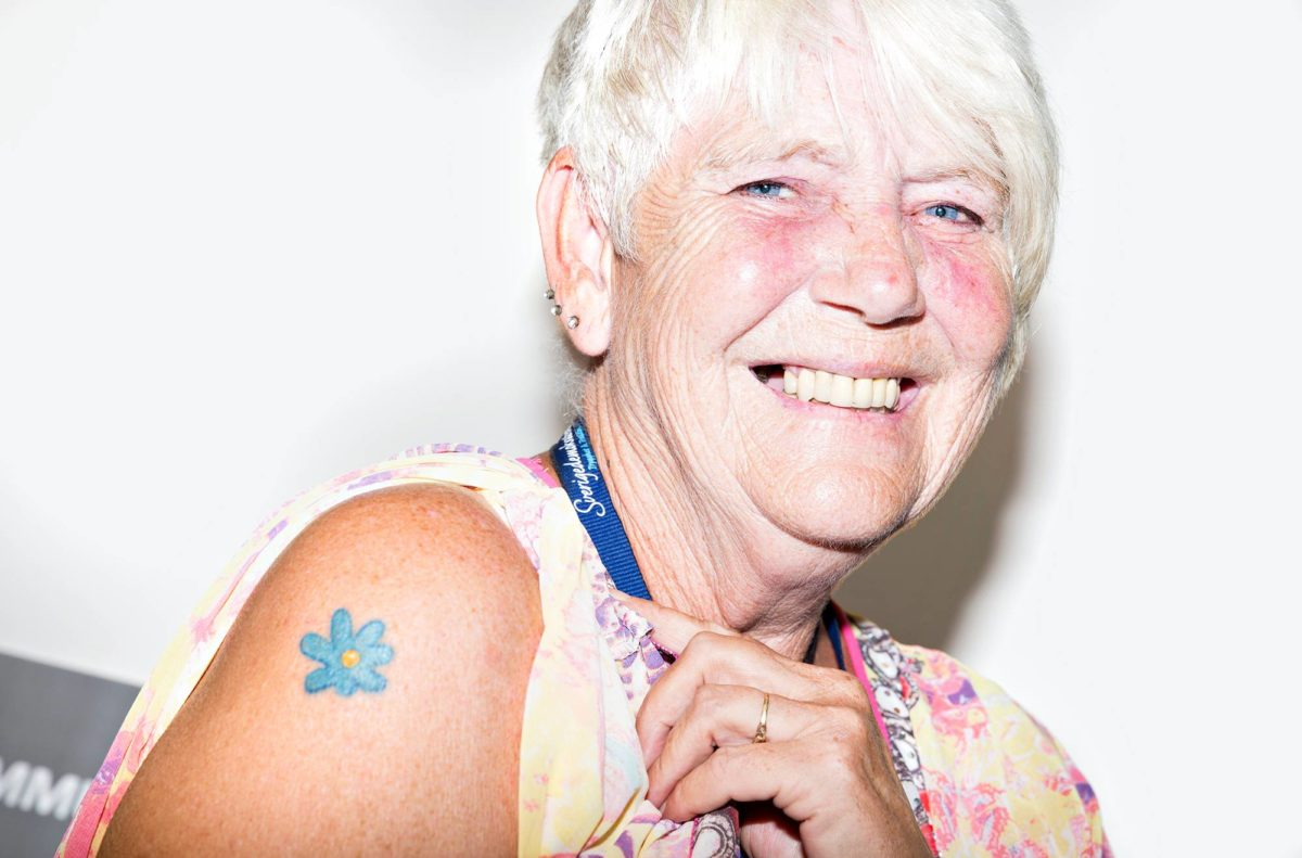 Kunnanvaltuutettu Monica Svensson harkitsi tatuointia koiristaan, mutta päätyi sinivuokkoon.
