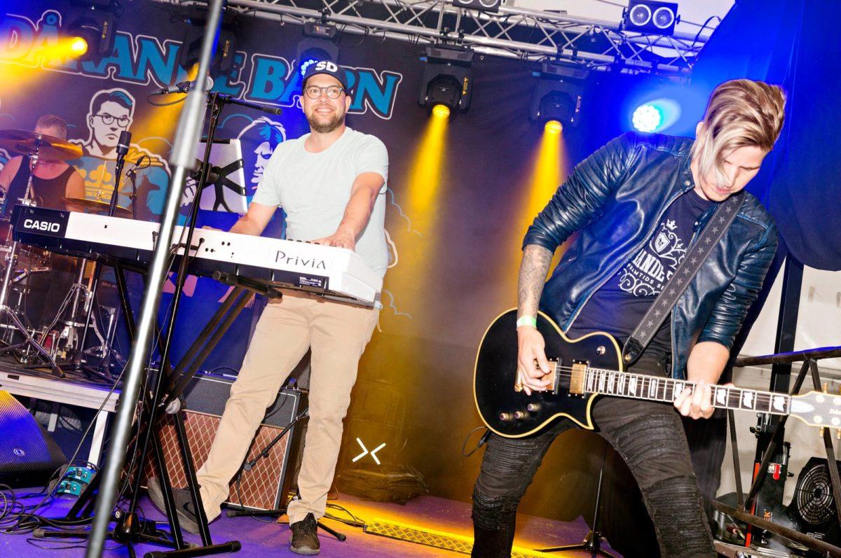 Puoluejohtaja Jimmie Åkessonin bändi Bedårande Barn (Suloiset lapset) soitti festareilla.