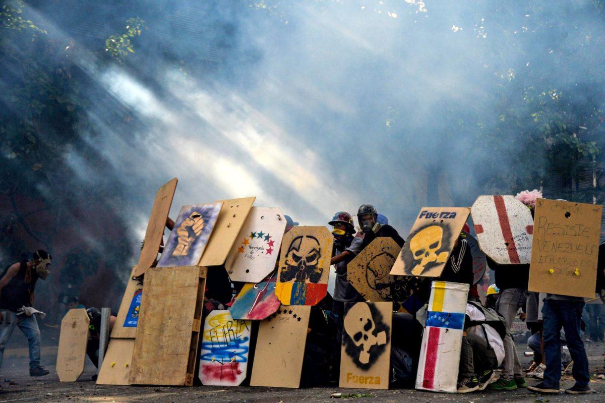Oppositiota tukevat mielenosoittajat ottavat yhteen mellakkapoliisin kanssa Caracasissa.