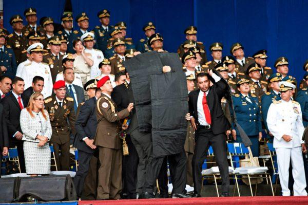 Turvamiehet suojasivat Venezuelan presidenttiä Nicolás Maduroa, kun droonit iskivät kesken tv-puheen Caracasissa 4. elokuuta.
