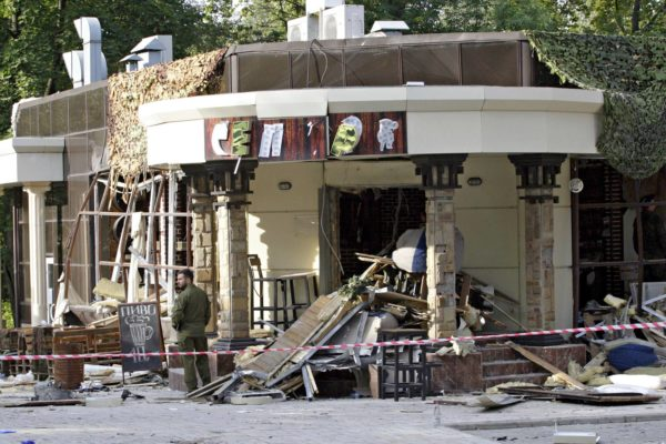 Muovinauhat ympäröivät iskussa tuhoutunutta Separ-kahvilaa Donetskissa 1. syyskuuta.