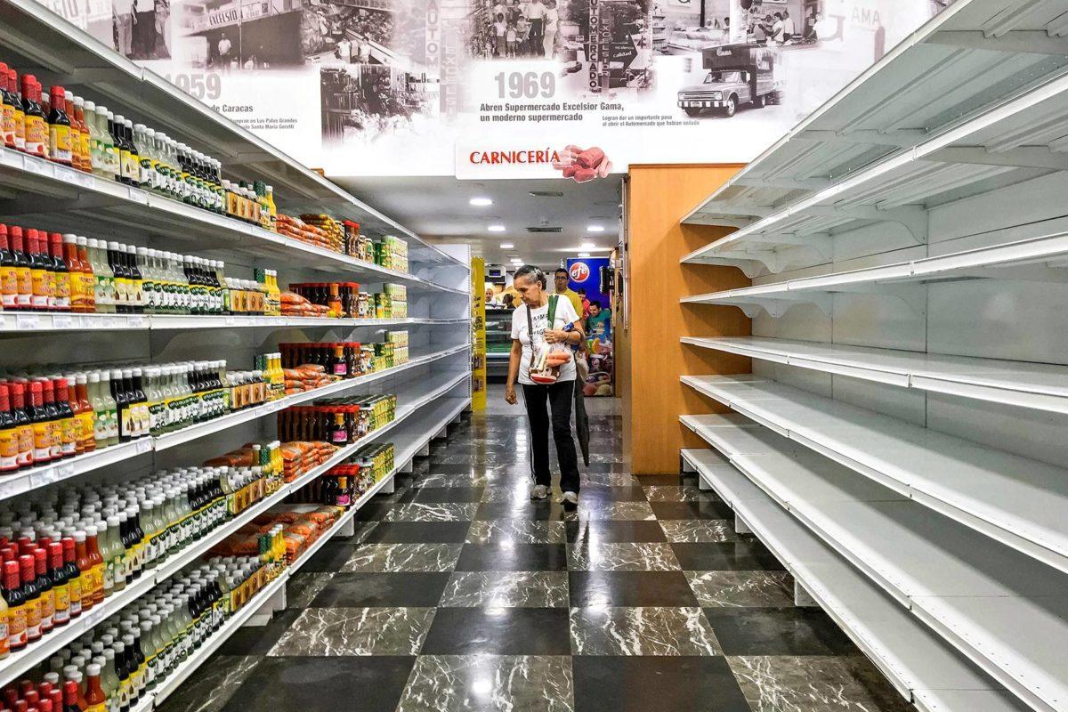 Tyhjiä hyllyjä supermarketissa Caracasissa syyskuussa.