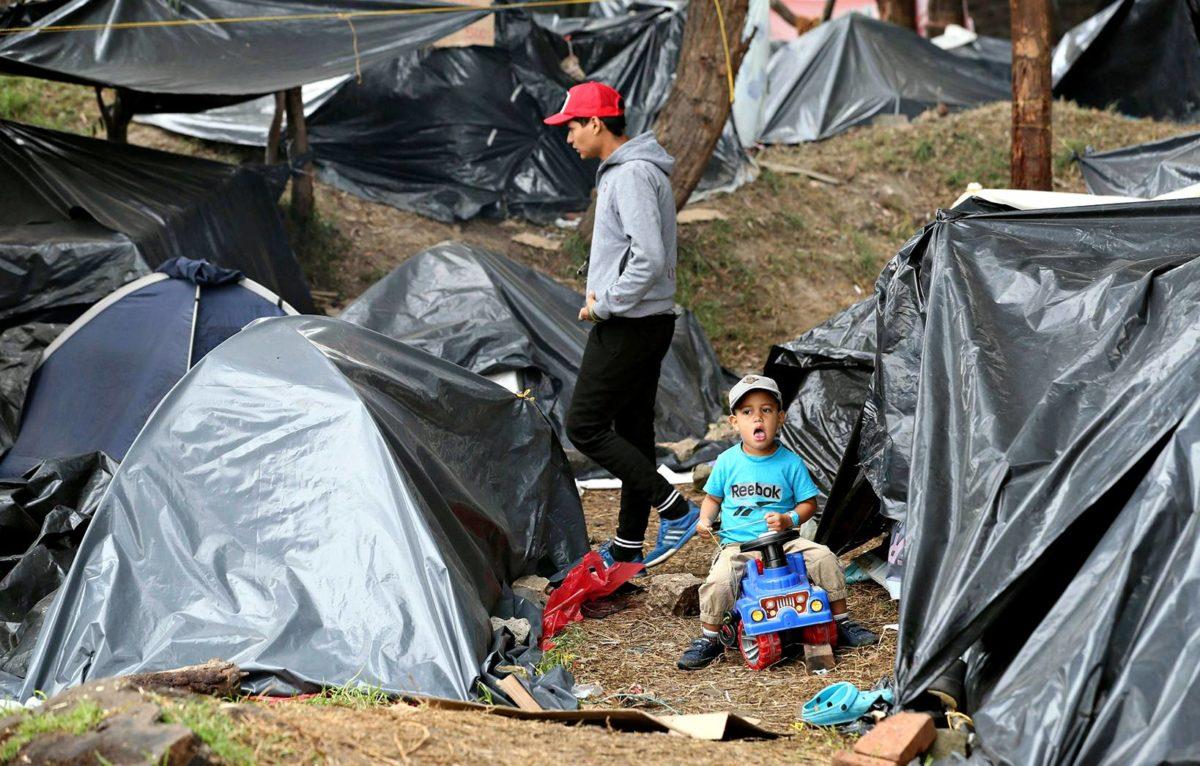 Venezuelasta paenneita ihmisiä epävirallisessa leirissä Bogotassa.