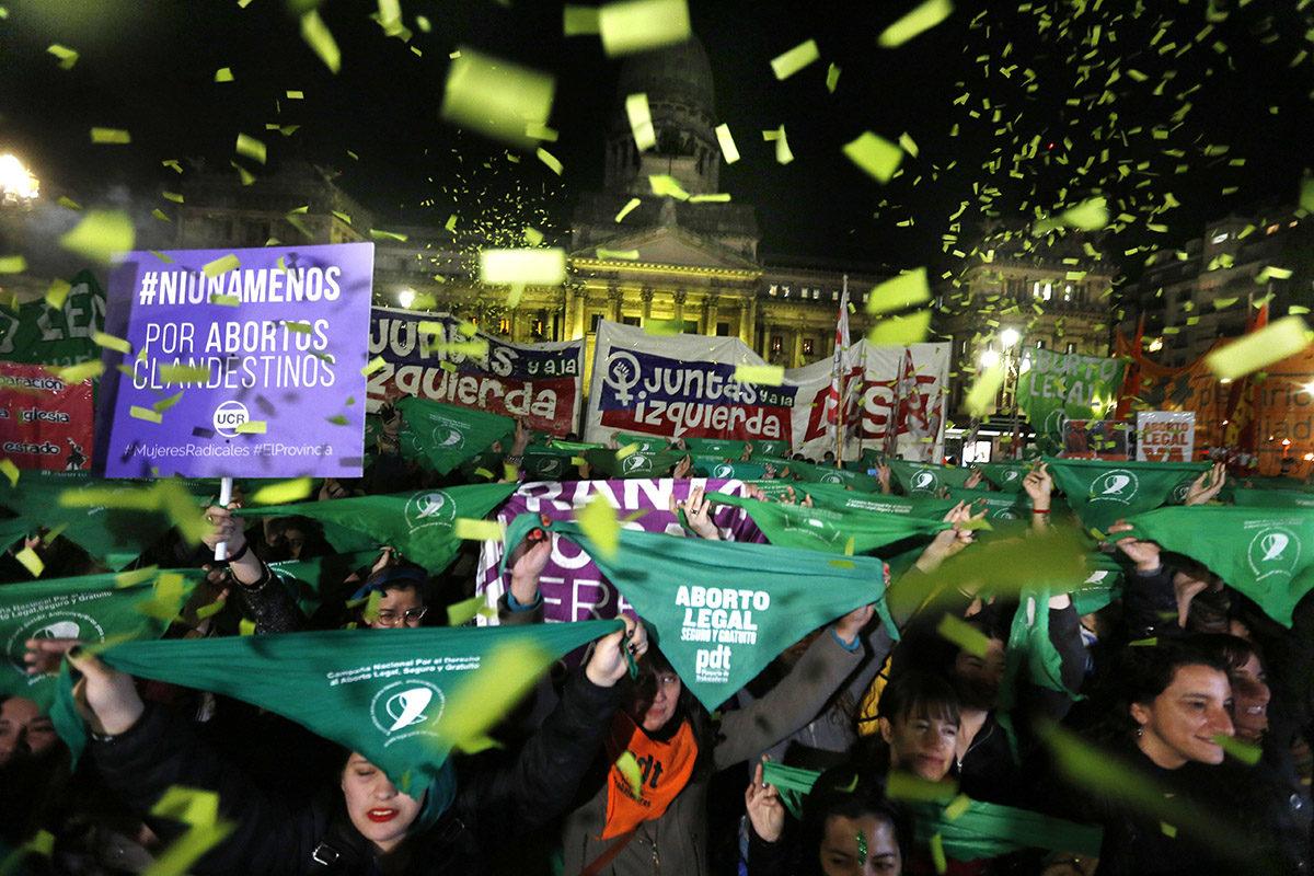 Aborttioikeuden kannattajia Argentiinan pääkaupungin Buenos Airesin kaduilla 26. kesäkuuta 2018.