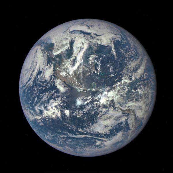 Gaia-hypoteesissa maapallo nähdään elävää olentoa muistuttavana kokonaisuutena. Kuvassa maapallo kuvattuna DSCOVR-satelliitista.
