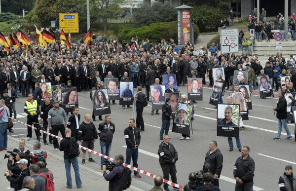 Mielenosoittajat kantoivat kuvia ihmisistä, joiden he sanoivat olevan maahanmuuttajien tappamia.