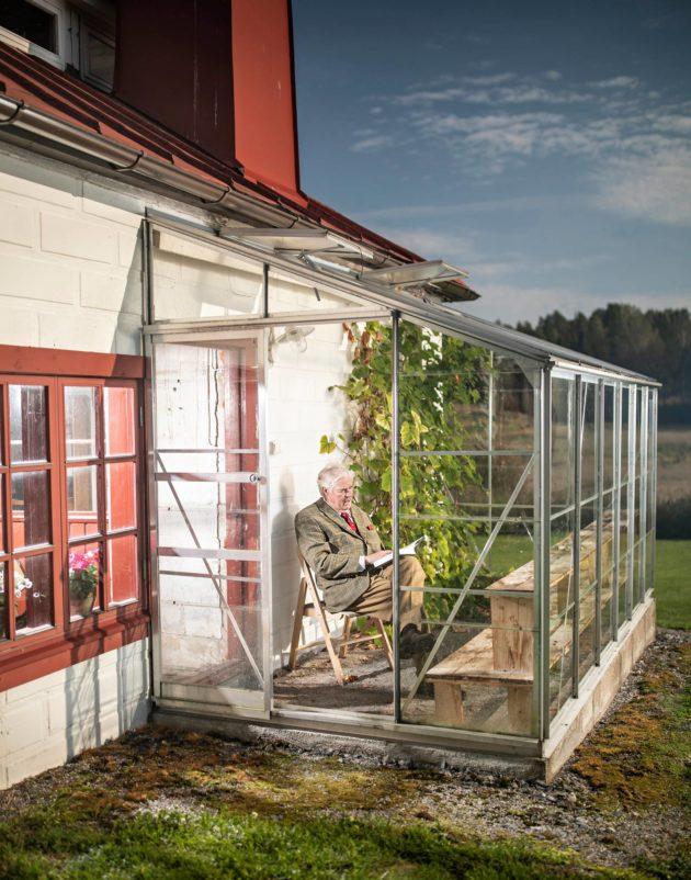 Kaj-Gustaf Bergh kartanotilansa kasvihuoneen terassilla Kirkkonummen Porkkalassa.