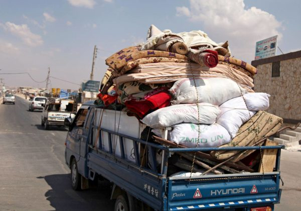 Siviilejä poistumassa pommitetusta Khan Sheikhunin kylästä Idlibin etelärajalla 9. syyskuuta.