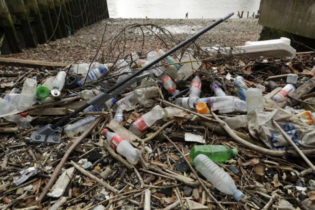 Muovijätettä Thames-joen rannalla Lontoossa.