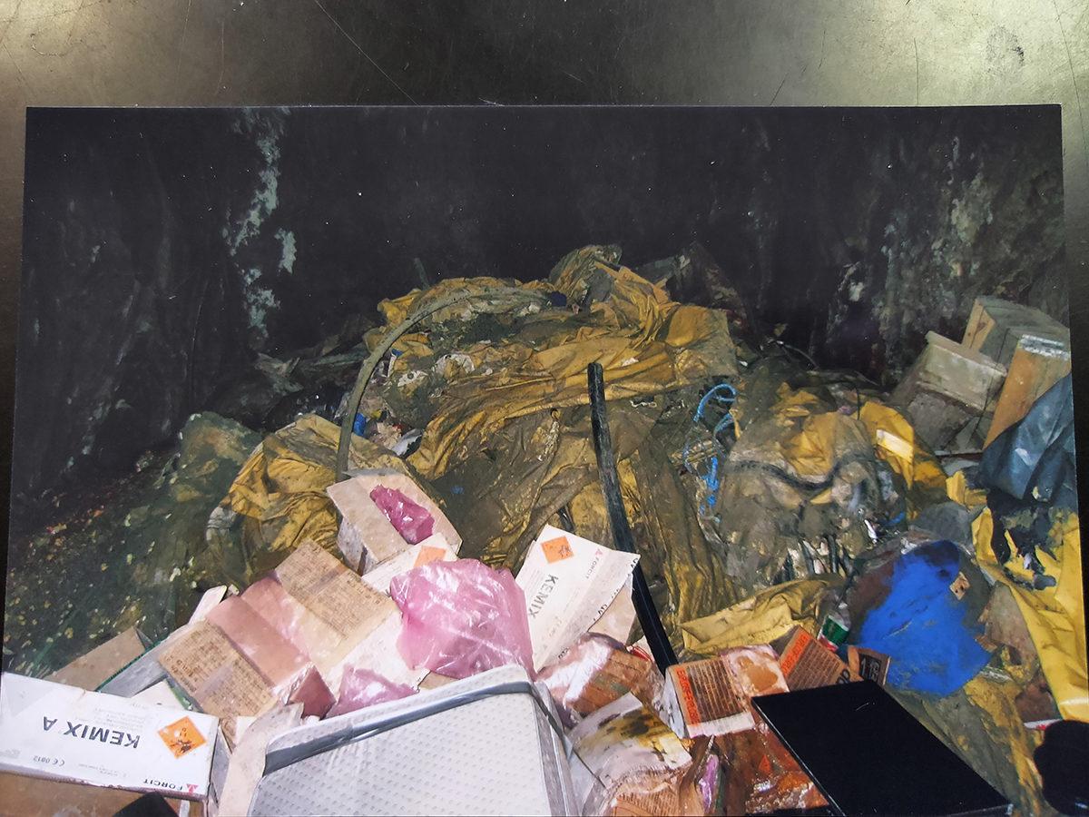 Suomen Kuvalehti sai haltuunsa kuvia kultakaivoksen laittomalta kaatopaikalta.