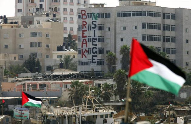 Palestiinan liput liehuvat Gazan alueella.