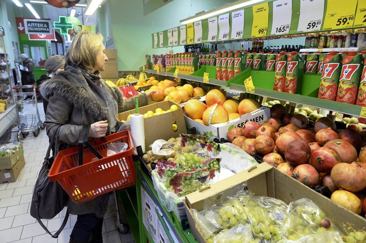 LKS 20160201 Asiakkaita elintarvikeliikkeessä Pietarissa perjantaina 29. tammikuuta 2016. ... Clients in a grocery store in St. Petersburg, Russia on Friday, 29th January, 2016. LEHTIKUVA / JUSSI NUKARI