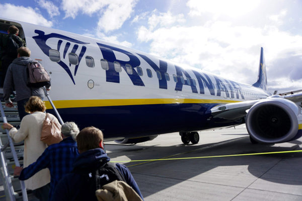 Matkustajat nousevat Ryanairin koneeseen Carcassonnen lentokentällä Ranskassa 27. syyskuuta 2018