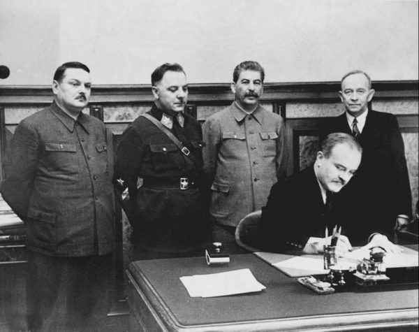 Otto Wille Kuusinen johti Talvisodan aikana ns. Terijoen hallitusta. Kuvassa Neuvostoliiton ulkoministeri Vjatseslav Molotov allekirjoittaa Terijoen hallituksen ja Neuvostoliiton välisen sopimuksen. Kuusinen kuvassa oikealla.