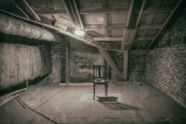 Aleksanterinteatterin vintillä on tuolihuoneeksi nimetty tila, jossa on mystinen tuoli keskellä lattiaa.