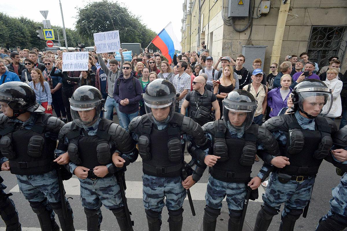 Mellakkapoliisit eristivät eläkeuudistusta vastustavat mielenosoittajat Pietarissa 9. syyskuuta.